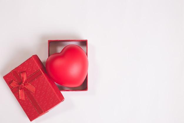 Walentynki lub wesele pudełko na tle białej księgi z czerwonym sercem