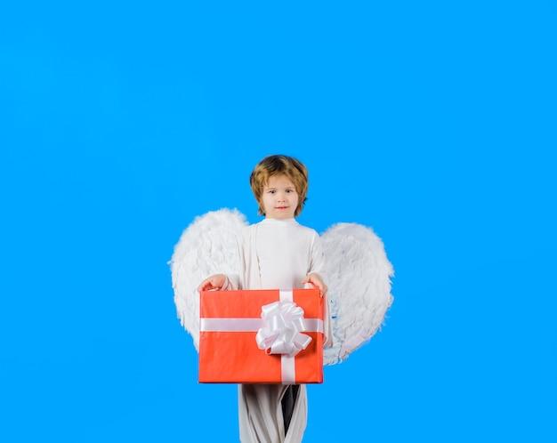 Walentynki mały aniołek z białymi skrzydłami trzyma obecny amorek luty mały amorek chłopiec dzieciak anioł