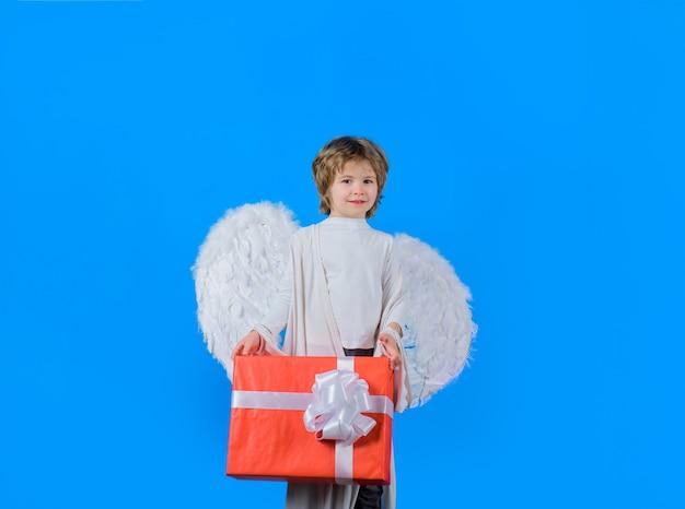 Walentynki mały aniołek z prezentem chłopiec aniołek z pudełkiem amorek anioł z białymi skrzydłami amorek