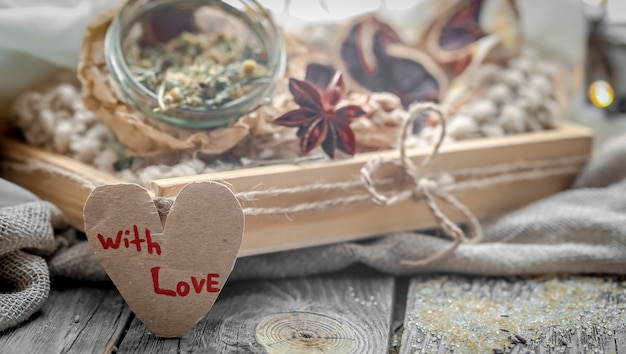 Walentynki martwa natura z herbatą i sercem