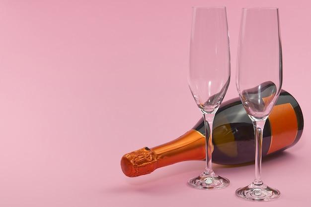 Walentynki na różowym tle z dekoracjami. walentynki, wesela, zaręczyny, dzień matki, urodziny, nowy rok, boże narodzenie i inne święta.