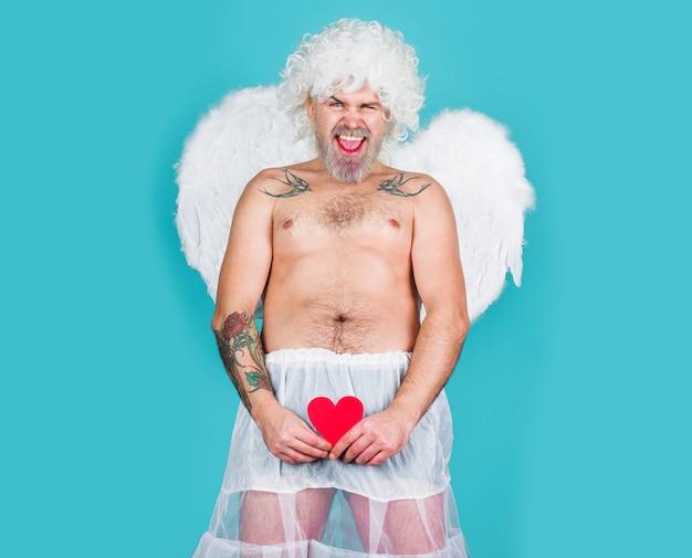 Walentynki. niegrzeczny amorek. zły amorek. brodaty anioł. seks z papierowym sercem