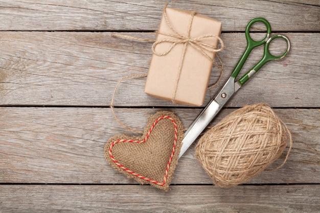 Walentynki pakowanie prezentów z pudełkami i nożyczkami na białym drewnianym stole