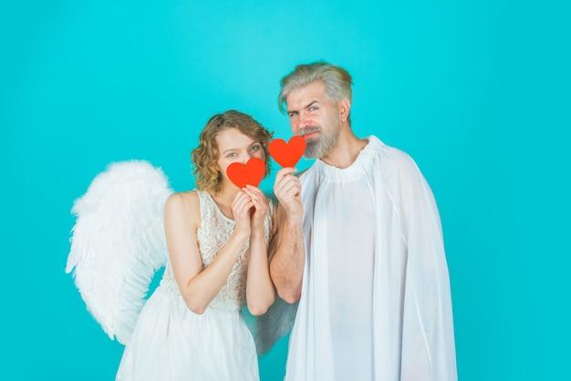 Walentynki para anioł kobieta z papierowymi sercami amorek w walentynki para amorków