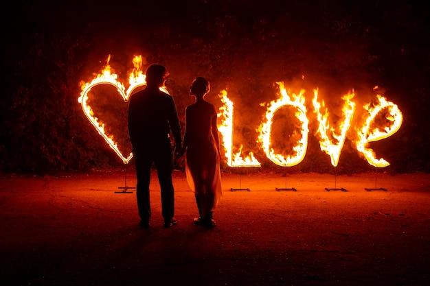 Walentynki. piękna para mężczyzna i kobieta razem tańczą.