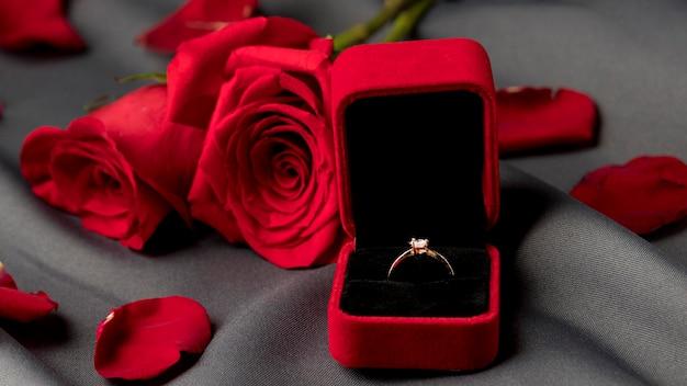 Walentynki pierścionek zaręczynowy z różami