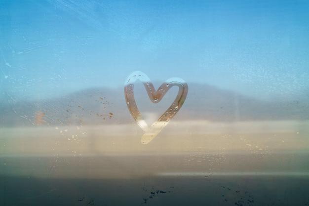 Walentynki pojęcie kierowy kształtny remis ręką na lustrze mgłowym