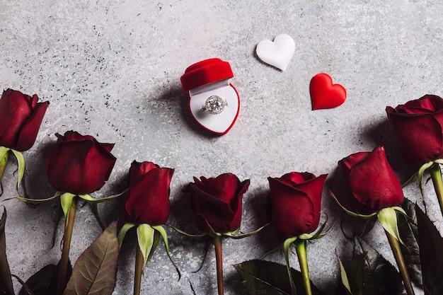 Walentynki poślubią mnie pierścionek zaręczynowy ślub w pudełku z prezentem czerwona róża