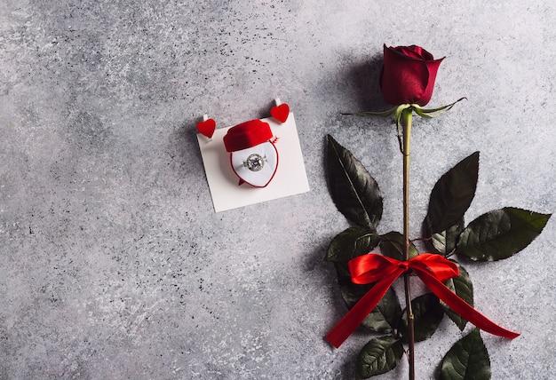 Walentynki poślubią mnie ślubnym pierścionkiem zaręczynowym w pudełku z czerwoną różą