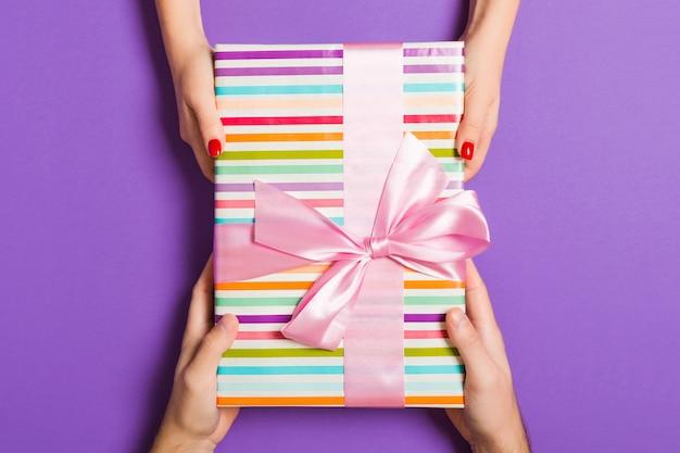 Walentynki prezent daje w wakacyjnej dekoraci, copyspace