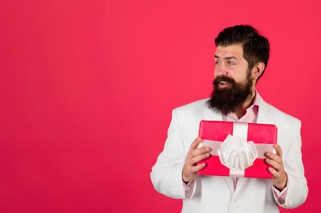 Walentynki prezent pudełko mężczyzna trzymaj walentynki prezent szczęśliwy walentynki luty miłość miłość