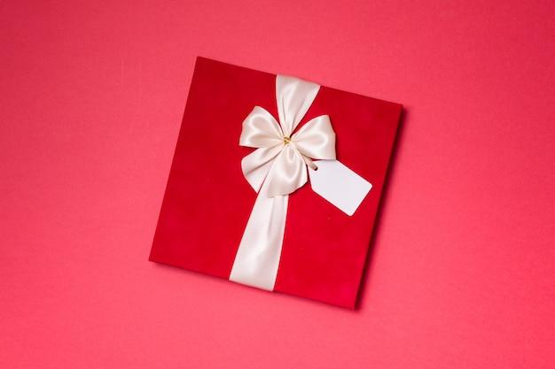 Walentynki prezent romantyczny wstążka łuk, tag prezent, obecny, bezszwowe tło czerwone
