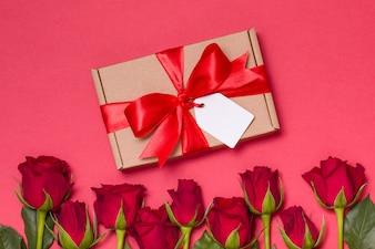 Walentynki prezent wstążka łuk tag, czerwone tło czerwone róże