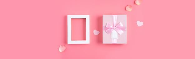Walentynki projekt koncepcja tło z różowe płatki i pudełko