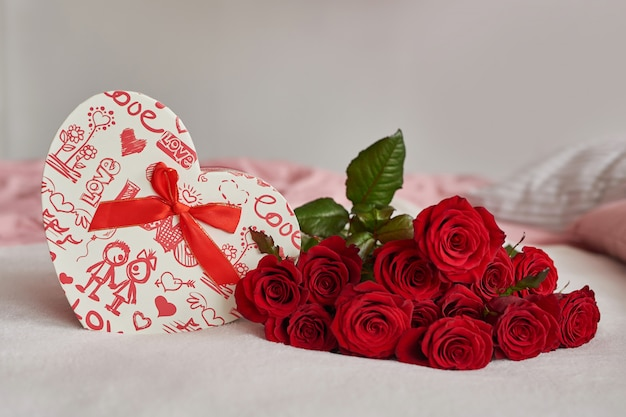 Walentynki pudełko i czerwone róże