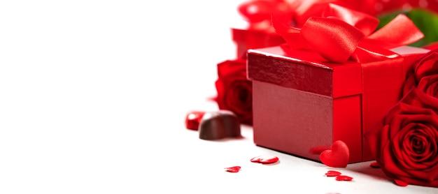 Walentynki pudełko na prezent prezent z czerwoną kokardą na drewnianym tle