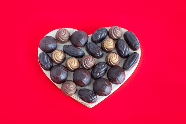 Walentynki pudełko w kształcie serca z czekoladkami na czerwono