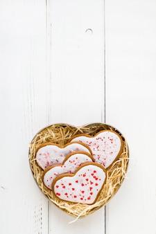 Walentynki pudełko z ciasteczkami domowej roboty w kształcie serca na białym tle