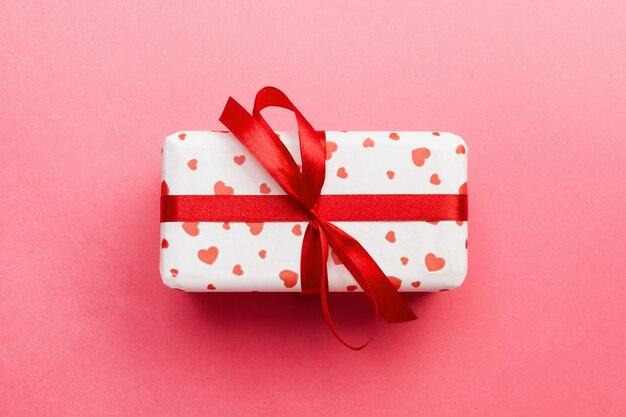 Walentynki pudełko z czerwoną kokardą