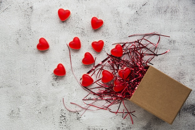 Walentynki, Pudełko Z Papieru Pakowego Z Cukierkami W Kształcie Czerwonego Serca. Szare Tło. Premium Zdjęcia