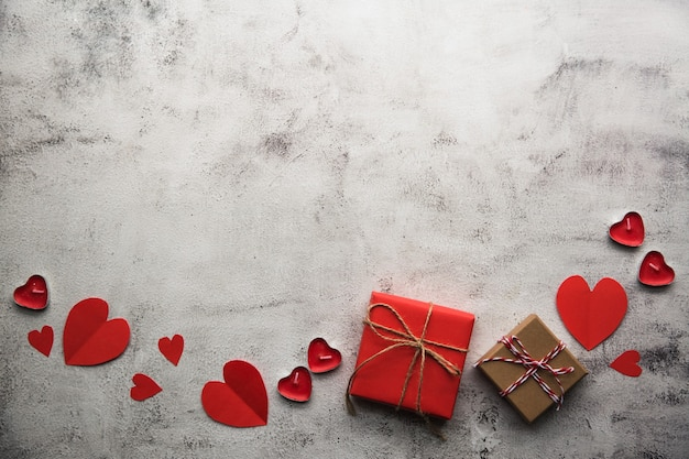 Walentynki, pudełko z papieru pakowego ze wstążką i świece.