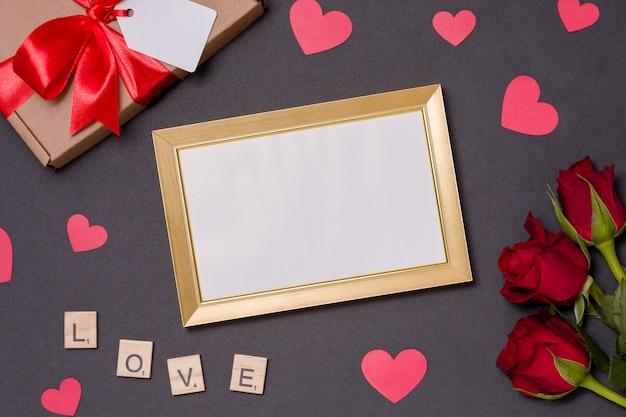 Walentynki, pusty rama, czarne tło, prezent, czerwone róże, serca, wiadomość
