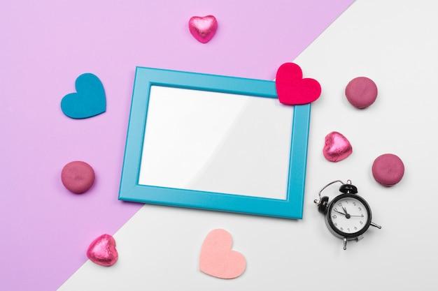 Walentynki ramki lub karty z pozdrowieniami i handmaded serca na stole. widok z góry z miejsca kopiowania
