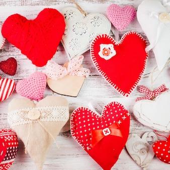 Walentynki ręcznie robione serca na odrapanym drewnianym stole