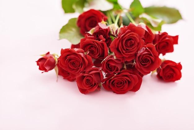 Walentynki romantyczna kompozycja czerwone róże