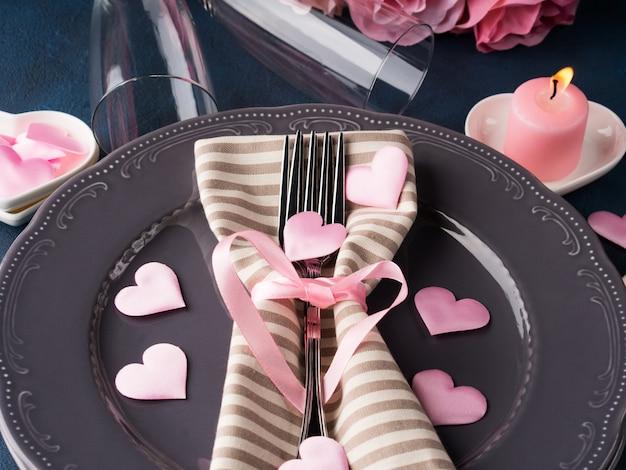 Walentynki romantyczną randkę koncepcja ze świecami