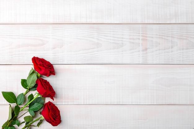 Walentynki romantyczne czerwone świeże róże z zielonymi liśćmi