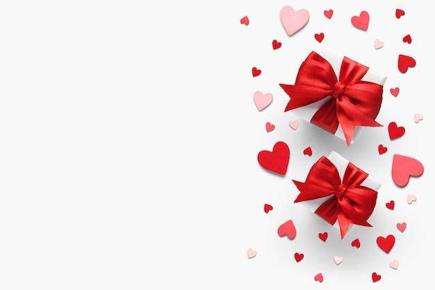 Walentynki romantyczne prezenty z czerwonymi kokardkami i serduszkami