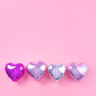 Walentynki romantyczny projekt koncepcji - piękny balon foliowy w kształcie serca na jasnoróżowym tle
