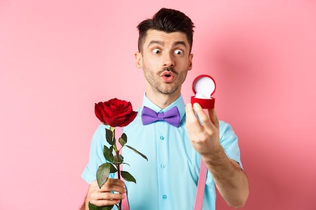 Walentynki. romantyczny zabawny facet zamierza złożyć propozycję ślubu