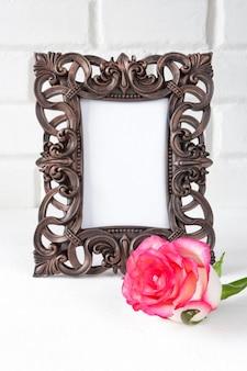 Walentynki róża rama dla teksta na lekkim tle