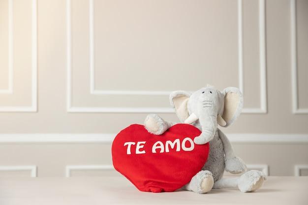 Walentynki, słodki pluszowy słoń trzymający serce,