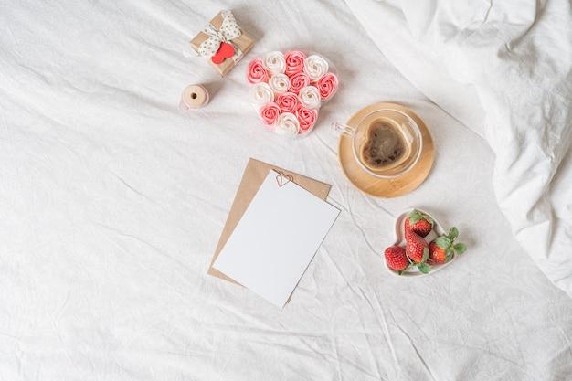 Walentynki, śniadanie na łóżku z pustą kartką z życzeniami
