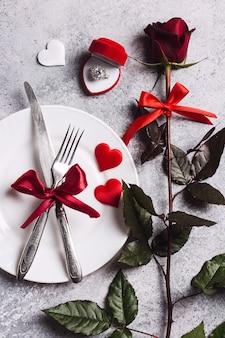 Walentynki stół ustawienie romantyczna kolacja poślubić mnie pierścionek zaręczynowy ślub w pudełku