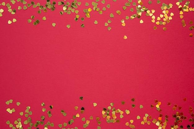 Walentynki streszczenie tło czerwone z brokatem w kształcie złotego serca. kartka z życzeniami. skopiuj miejsce