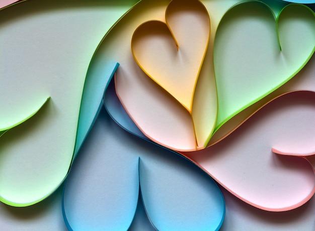 Walentynki streszczenie tło z cięcia papieru kolorowe serca na białym tle.