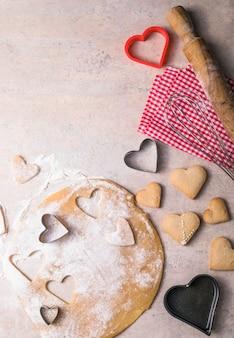 Walentynki tło do pieczenia. składniki do gotowania walentynkowego serca. miejsce na kopię widok z góry.