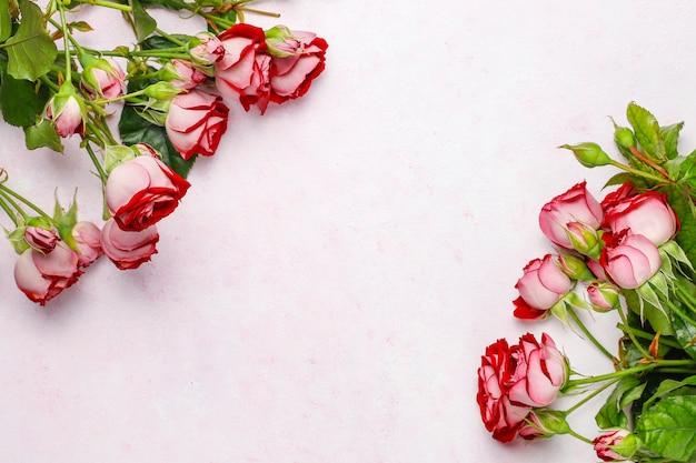 Walentynki tło, karta walentynki z różami, widok z góry