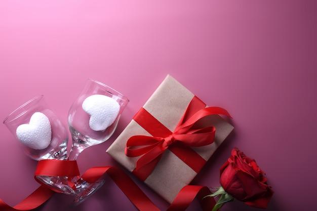 Walentynki tło kartkę z życzeniami symbole miłości, czerwona ozdoba w okularach serca róż prezenty. widok z góry