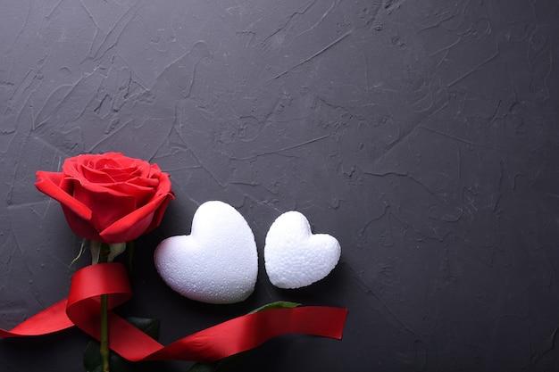 Walentynki tło karty z pozdrowieniami symbole miłości, czerwona ozdoba z sercem na stole z kamienia. widok z góry z miejsca na kopię i tekst. mieszkanie leżał