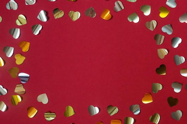 Walentynki tło, rama ze złotymi konfetti serca, czerwony płaski leżał.
