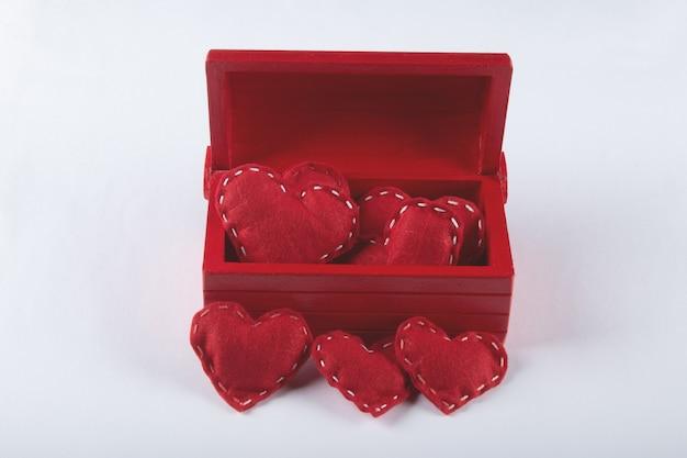 Walentynki tło z czerwonym pudełkiem z czerwonym sercem i białym tłem.