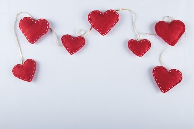 Walentynki tło z czerwonym sercem i białym tłem.