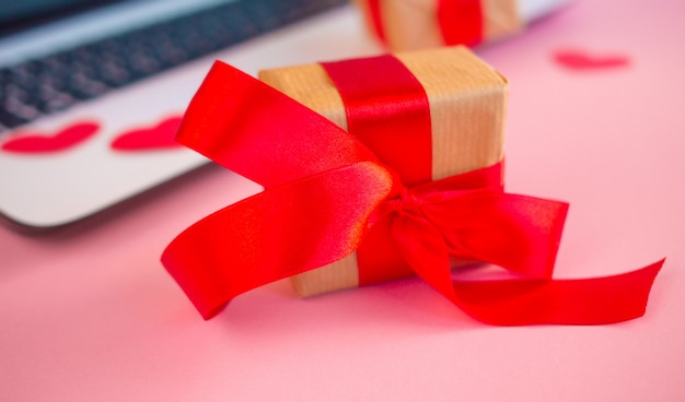 Walentynki tło z czerwonym sercem, laptop. walentynki kartkę z życzeniami. kobiece miejsce pracy. widok z góry