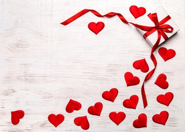Walentynki tło z prezentem i czerwonym sercem, widok z góry. san valentine i pojęcie miłości.