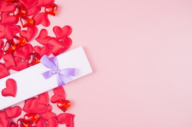 Walentynki tło z pudełko i serca. miejsce na tekst